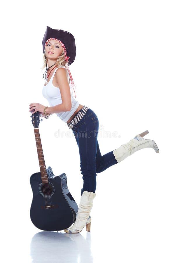 Cowgirl, das eine Akustikgitarre anhält stockbild