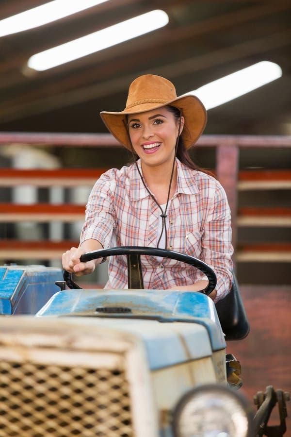 Cowgirl, das Traktor fährt lizenzfreie stockfotos