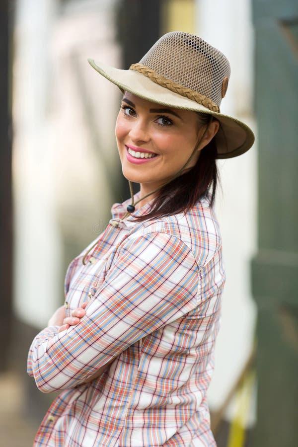 Cowgirl, das zurück schaut stockfotografie