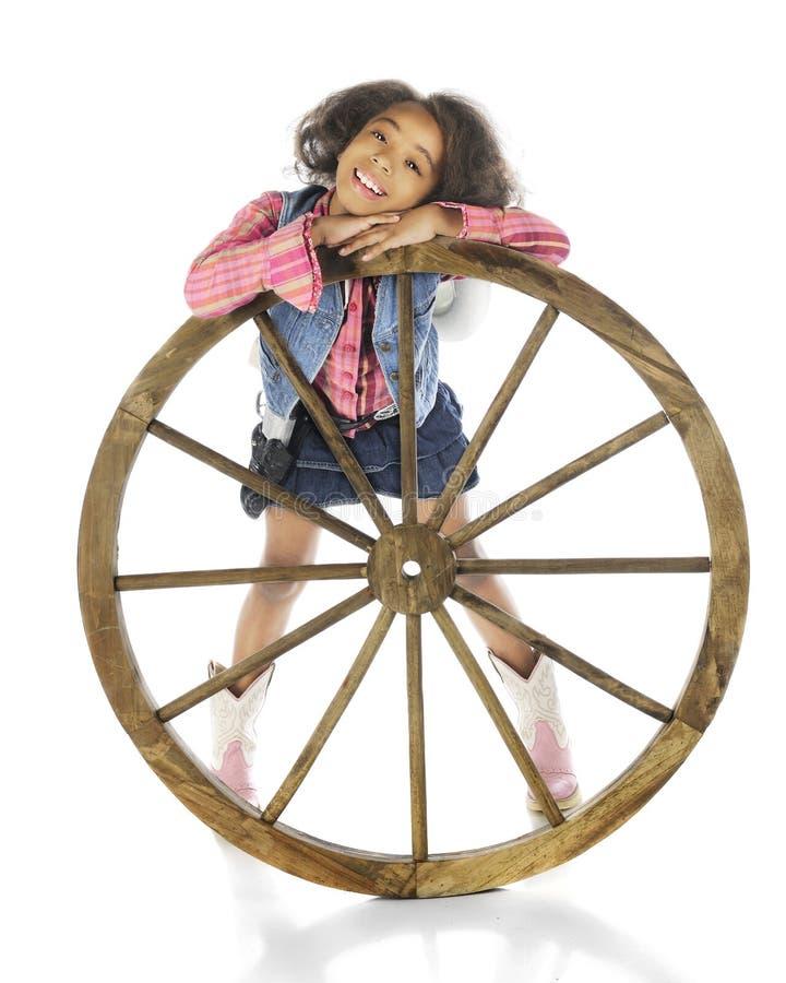 Cowgirl dietro la ruota fotografia stock