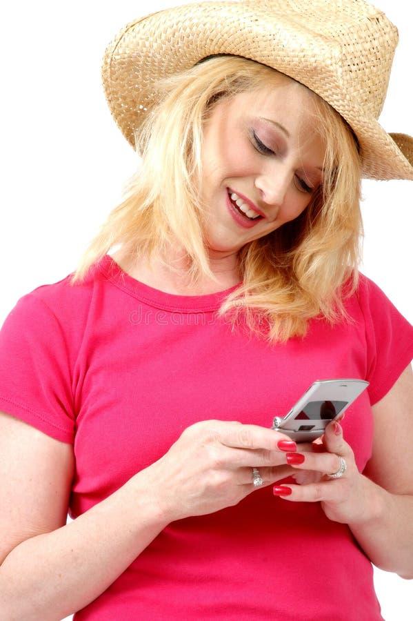 Cowgirl em seu telefone de pilha fotos de stock