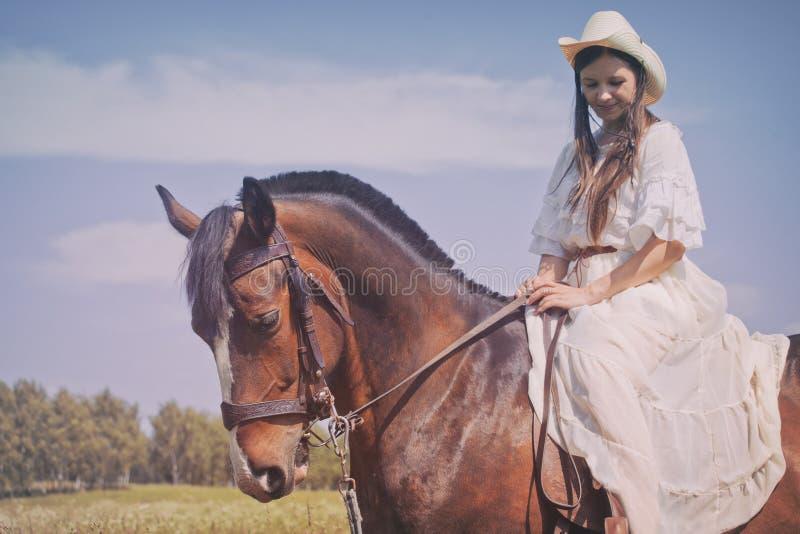 Cowgirl im weißen Kleid stockfoto