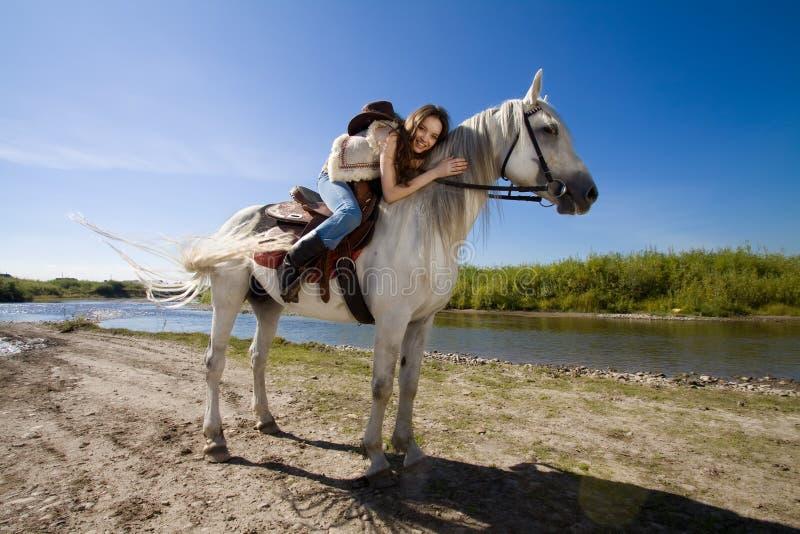 Cowgirl joven en el caballo blanco imágenes de archivo libres de regalías
