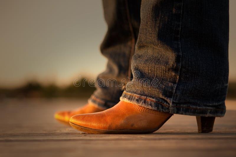 Cowgirl lädt Dame auf lizenzfreies stockfoto