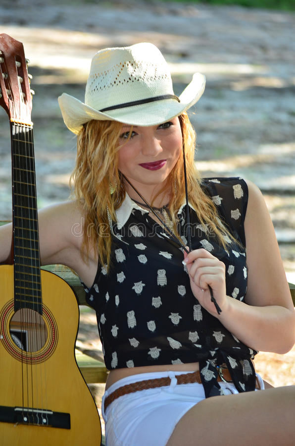 Cowgirl med gitarren och cowboyen Hat arkivbilder