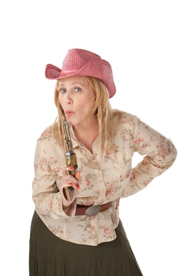 Cowgirl mit einer letzt bearbeiteten Pistole lizenzfreies stockbild