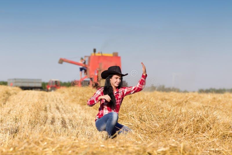 Cowgirl nel giacimento di grano fotografia stock libera da diritti