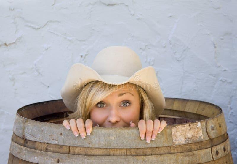 Cowgirl novo que sorri do interior de um tambor fotos de stock royalty free