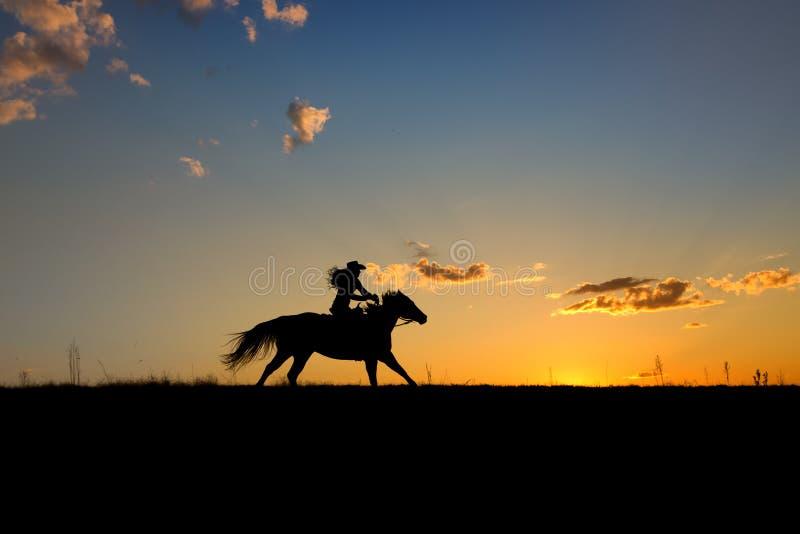 Cowgirl på körningen royaltyfri fotografi