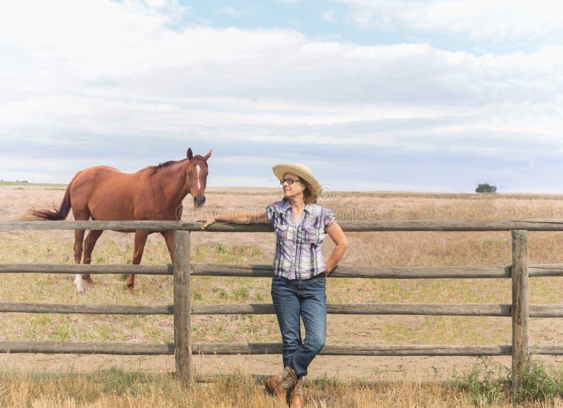 Cowgirl pozycja ogrodzeniem zdjęcia stock
