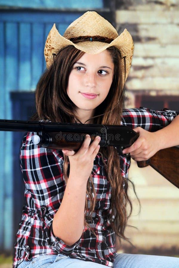 Cowgirl que toma puntería imagenes de archivo