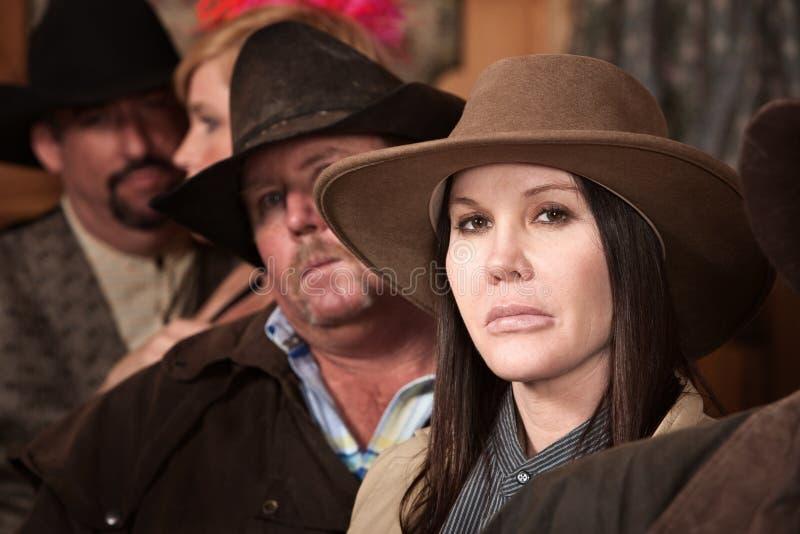 Cowgirl resistente no bar foto de stock