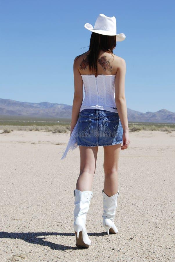 Cowgirl 'sexy' que anda afastado foto de stock