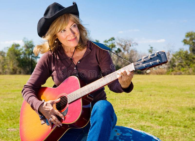 Cowgirl spielt eine Melodie stockbilder