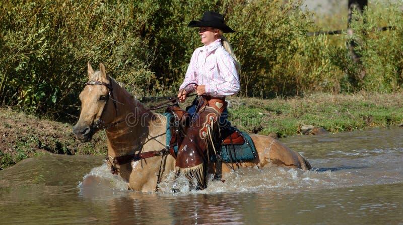 Cowgirl in stagno fotografia stock libera da diritti