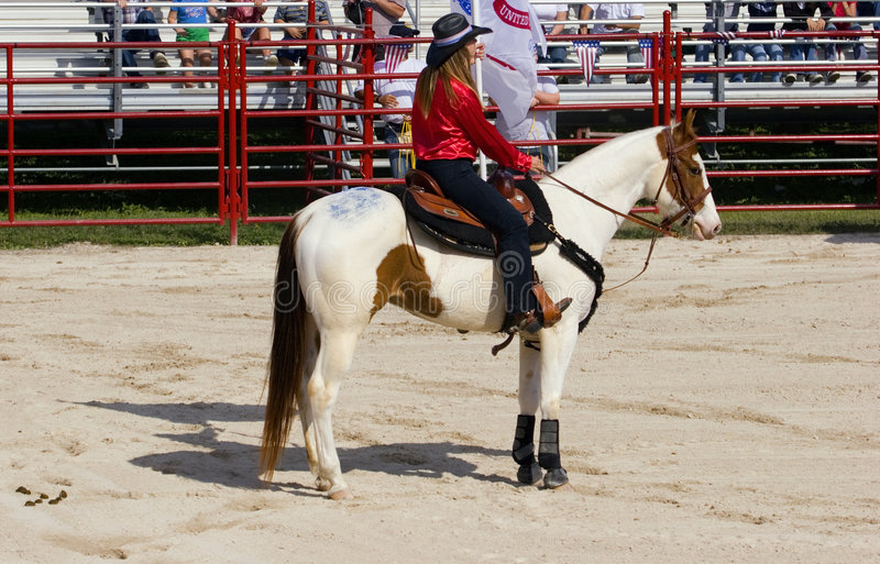 Cowgirl sul cavallo fotografia stock libera da diritti