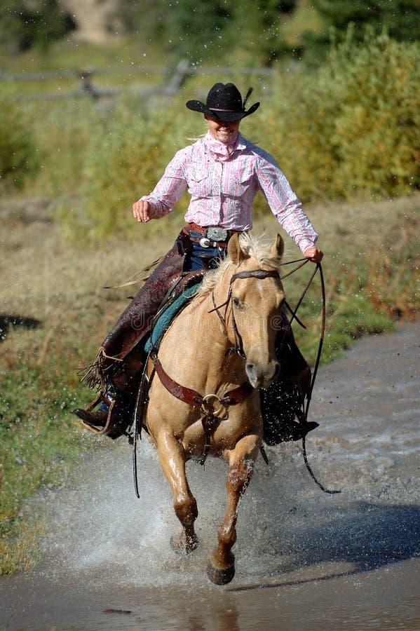 cowgirlcrossingdamm arkivfoton