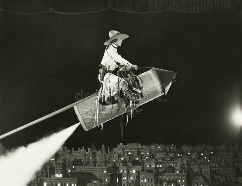 Cowgirlen tar av på en raket arkivfoto