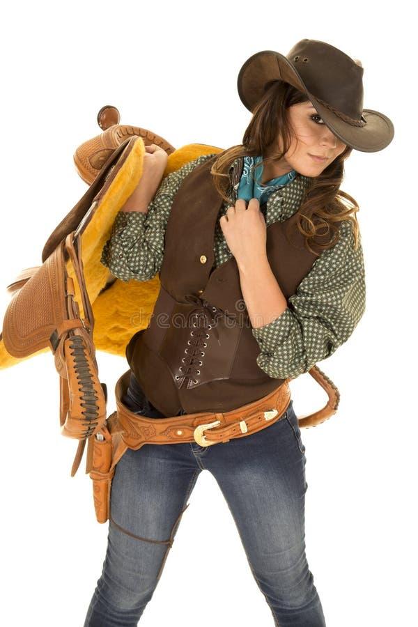 Cowgirlhållsadel på skuldra royaltyfria foton