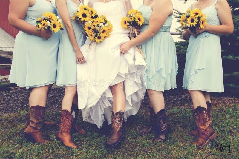 Cowgirlhochzeits- und -sonnenblumenblumensträuße stockfotografie