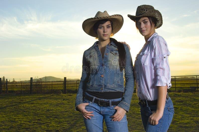 Cowgirls gêmeos em um coral fotografia de stock royalty free