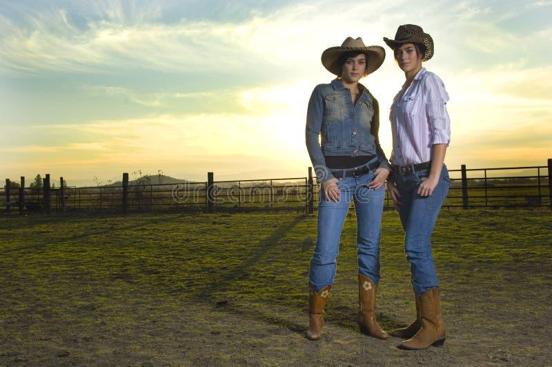 Cowgirls gêmeos em um coral imagens de stock