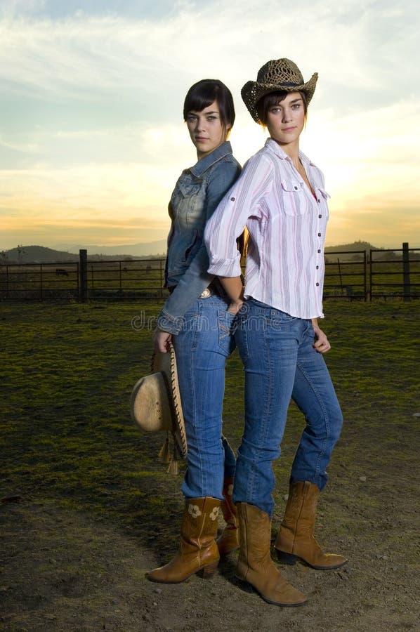 Cowgirls gêmeos em um coral fotos de stock royalty free