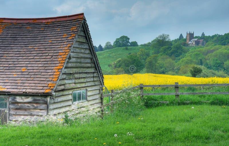 Cowhouse und Hanbury-Kirche stockfotos