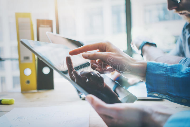 Coworkers drużyny pracy proces w Nowożytnym biurze Kierownik projektu Używa ręki Digital pastylkę Odbicie ekran Młody biznes fotografia stock