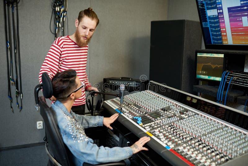 Coworkers i modern solid studio arkivbilder
