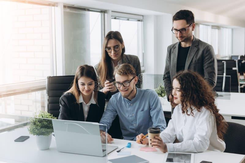 Coworkers patrzeje komputer i opowiada prac? zdjęcia royalty free
