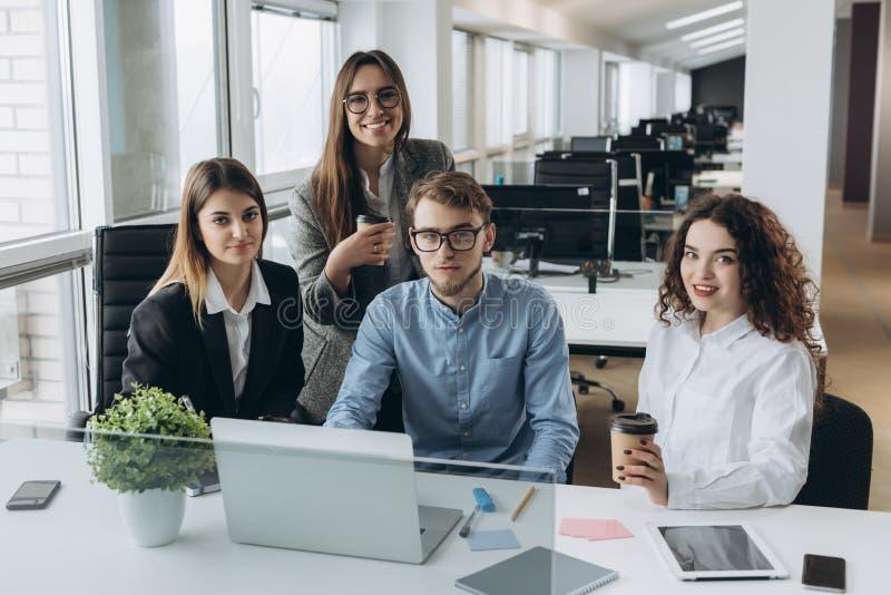 Coworkers patrzeje komputer i opowiada prac? zdjęcie royalty free