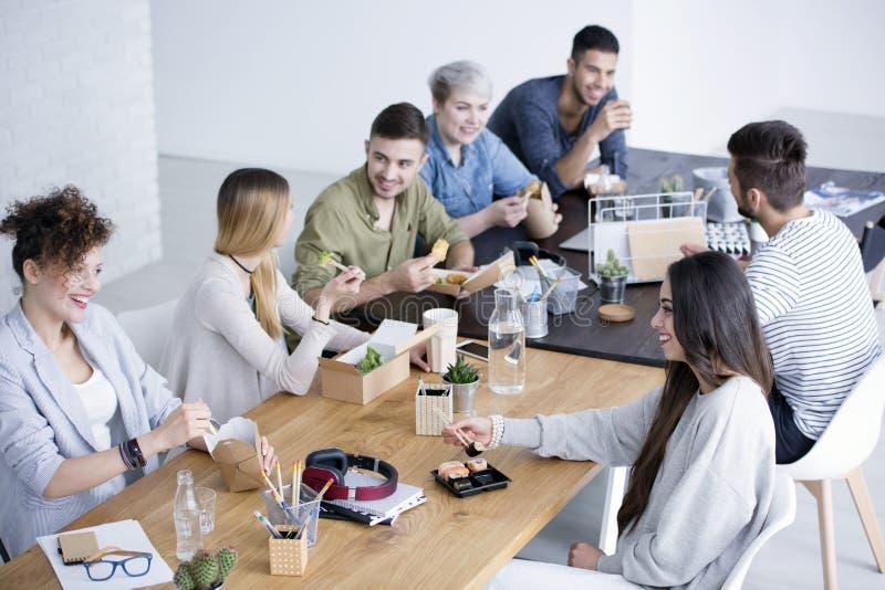 Coworkers som har lunch royaltyfria bilder