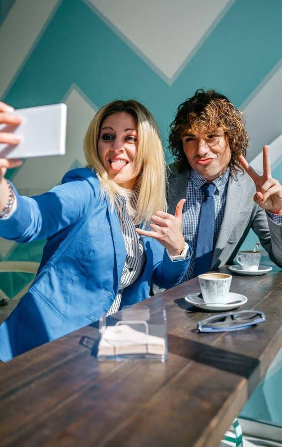 Coworkers som tar en selfie arkivfoton