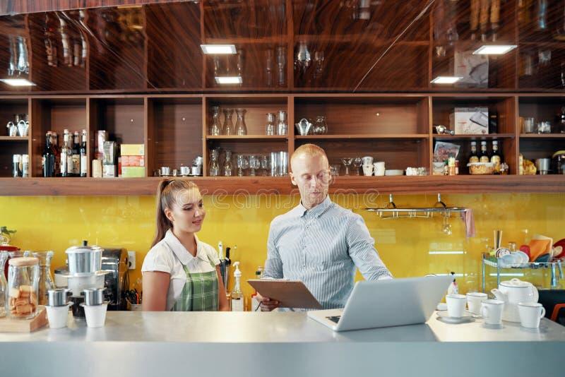 Coworking咖啡馆店主和barista 库存图片