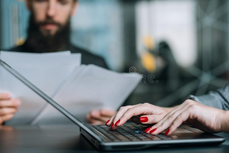 Coworking业务材料办公室工作场所膝上型计算机 免版税库存图片