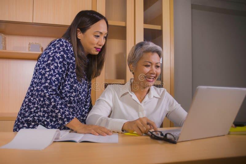coworking两名商务伙伴或工作同事的妇女自然生活方式画象合作和愉快和快乐在 免版税库存图片