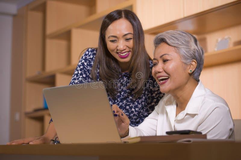 coworking两名商务伙伴或工作同事的妇女自然生活方式画象合作和愉快和快乐在 库存照片