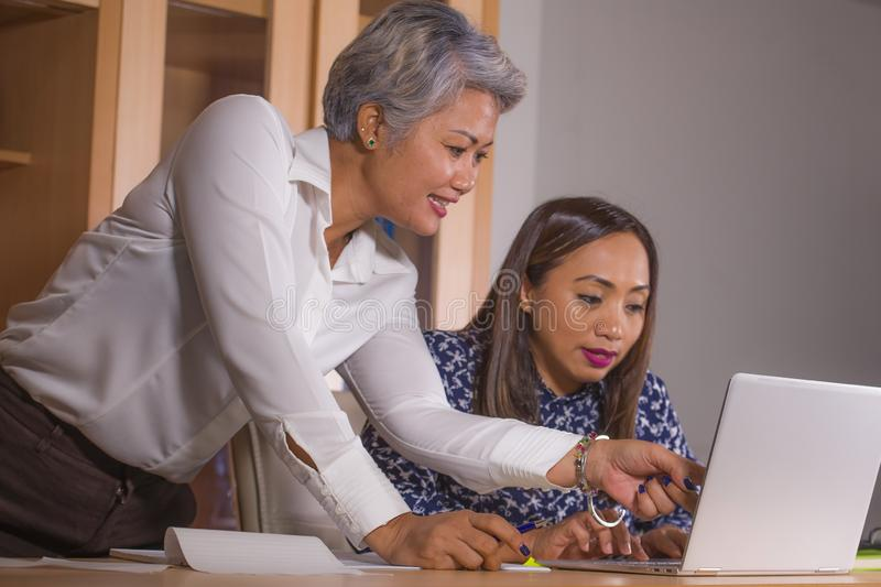 coworking两名商务伙伴或工作同事的妇女自然生活方式画象合作和愉快和快乐在 图库摄影