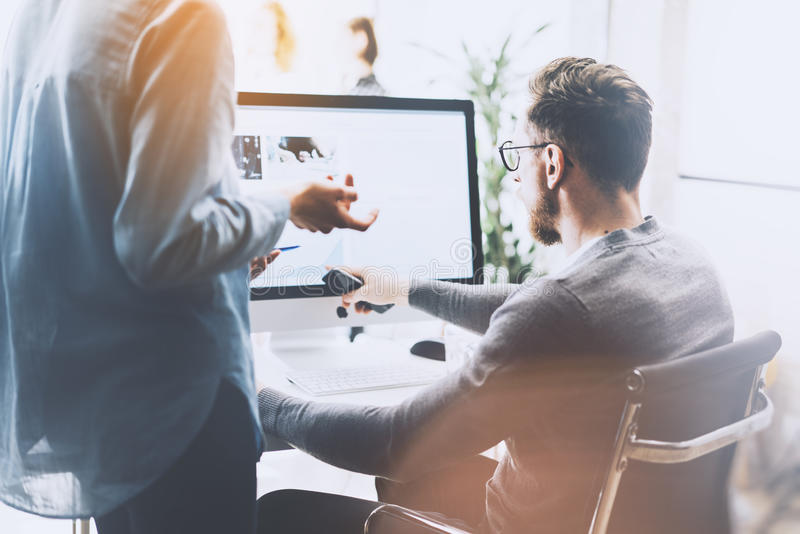 Coworking会议 照片年轻创造性的乘员组与新的起始的项目一起使用 在木桌上的桌面 想法介绍 免版税库存图片