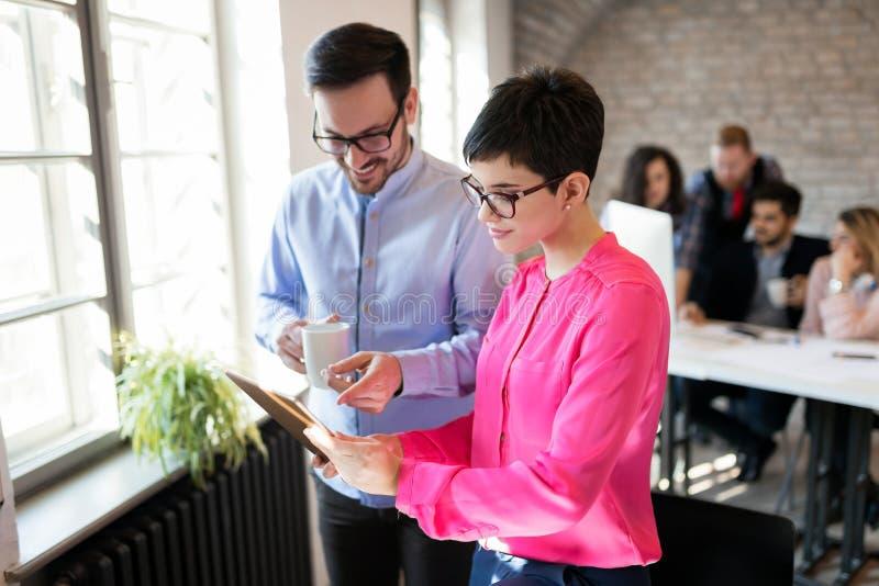 Coworking同事有交谈在工作场所 免版税库存图片