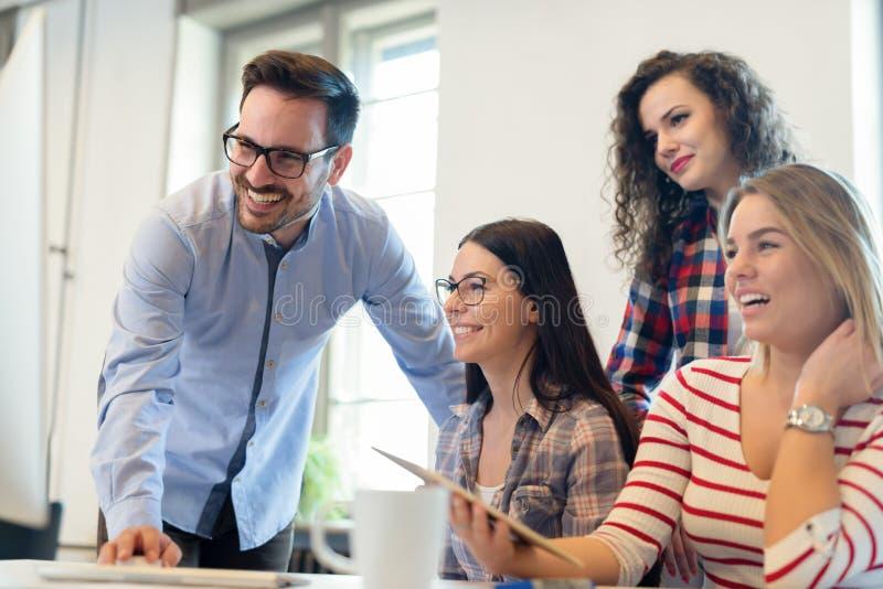 Coworking同事有交谈在工作场所 免版税图库摄影