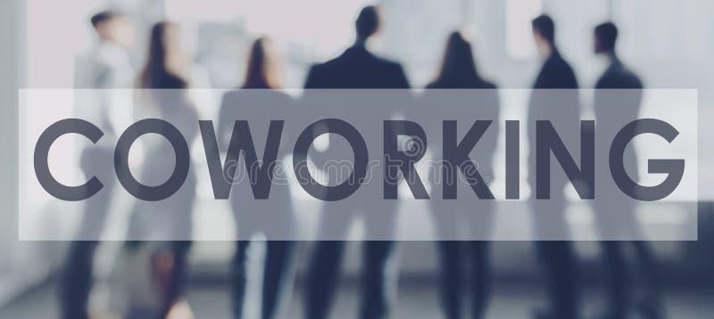 Coworking概念 看通过窗口的企业队 免版税库存图片