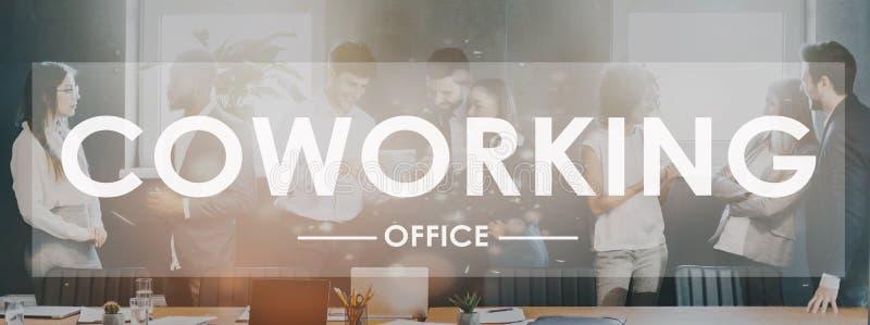 Coworking词 同事谈论工作在办公室 库存图片