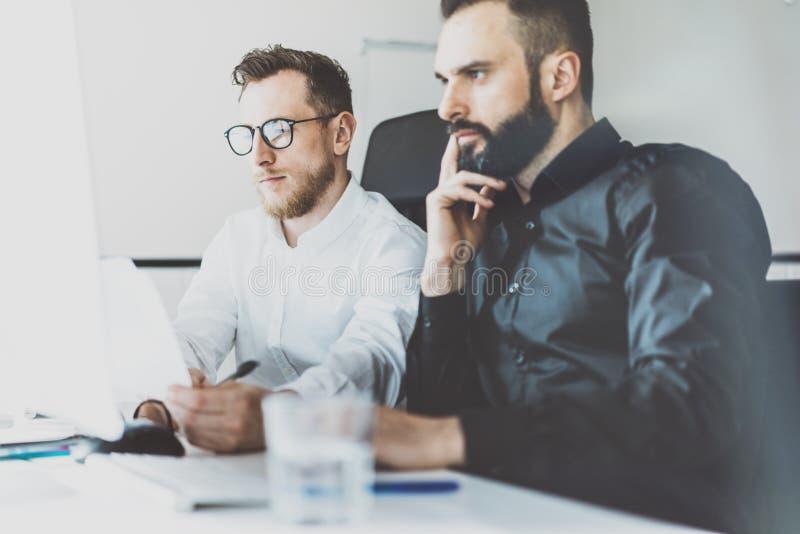 Coworking过程照片 财务经理队工作新的想法 年轻企业乘员组与起始的现代办公室一起使用 免版税库存图片