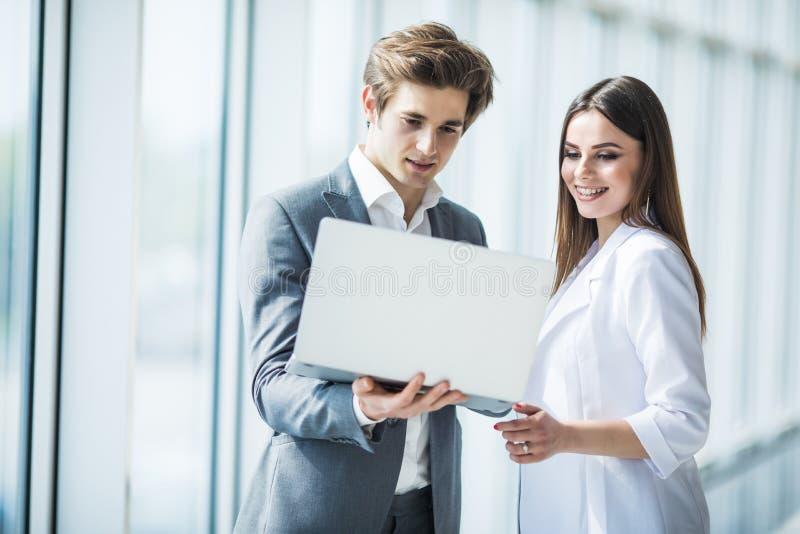 Coworking队会议 小组businessmans与新的起始的项目一起使用在现代办公室在全景窗口里 免版税库存图片