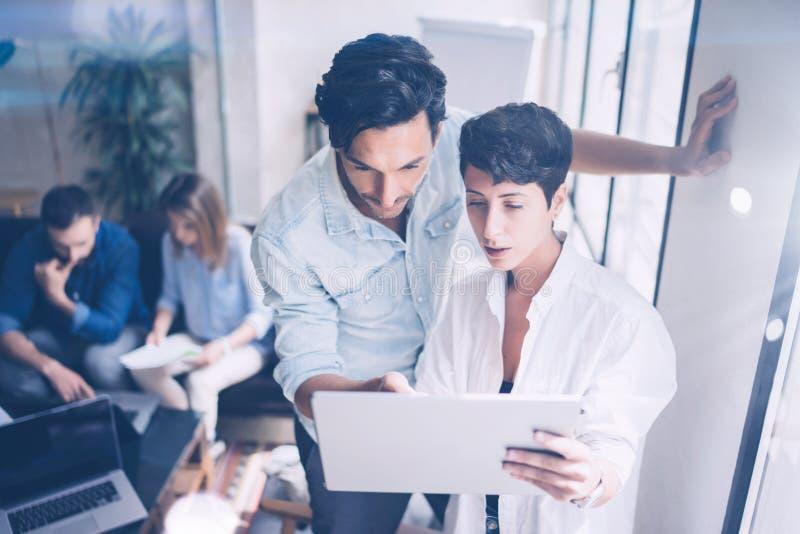 Coworking队会议 小组businessmans与新的起始的项目一起使用在现代办公室 在妇女的纸张文件 库存图片