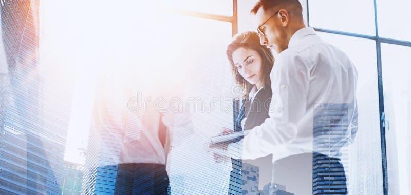 Coworking队会议 小组businessmans与起始的项目一起使用在现代办公室 在人的当代膝上型计算机 免版税图库摄影