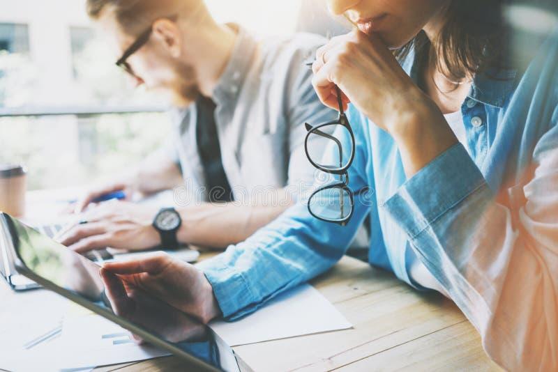 Coworking队突发的灵感在现代办公室 研究过程的项目负责人,握玻璃女性手 年轻 免版税库存照片