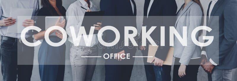 Coworking?? 站立在行的商人 免版税库存图片